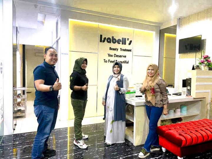 Foto bersama tim F3 Agency Media Partner Dengan pemilik Isabell's Beauty Treatment