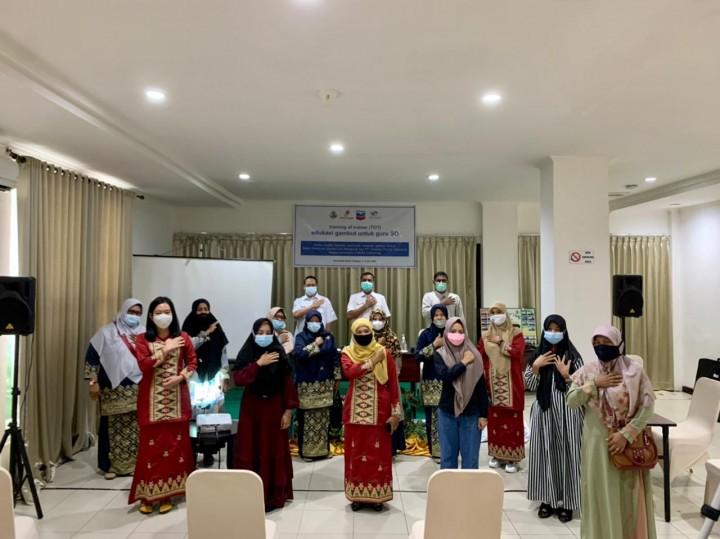 Foto bersama peserta Training of Trainer bersama Kepala Dinas Pendidikan Kabupaten Bengkalis Edi Sakura saat pembukaan Edukasi Gambut Untuk Guru SD di Kabupaten Bengkalis